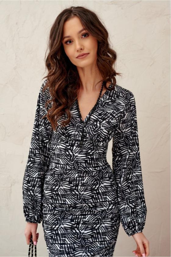 Baltos spalvos minimalistinė suknelė su sagutėmis_137182