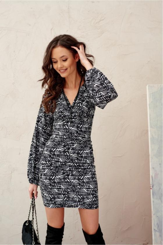 Baltos spalvos minimalistinė suknelė su sagutėmis