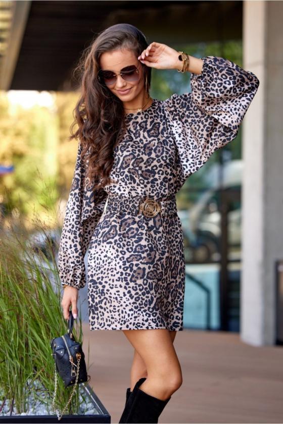 Raudonos spalvos minimalistinė suknelė su sagutėmis