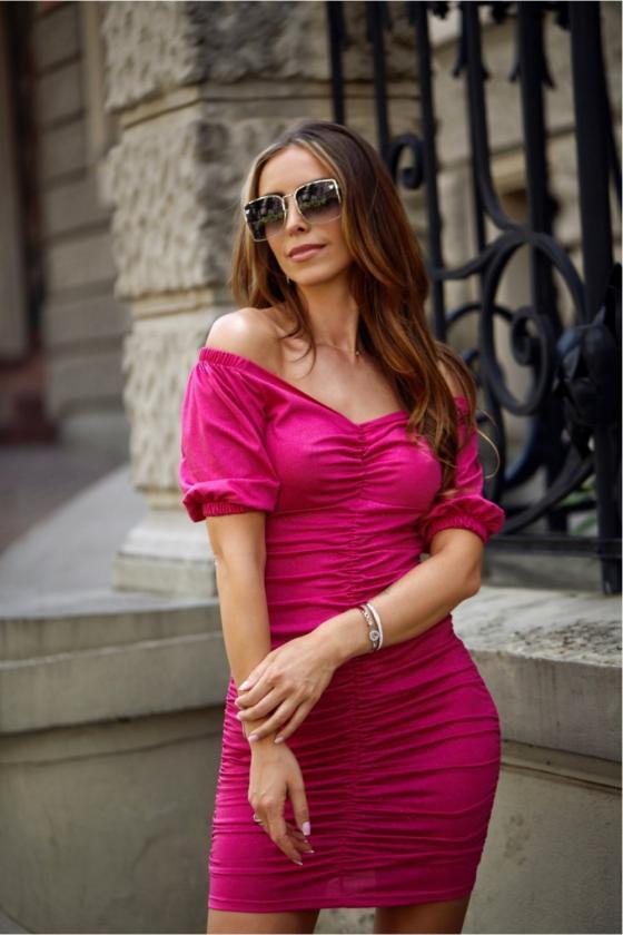 Neoninės rožinės spalvos minimalistinė suknelė su sagutėmis