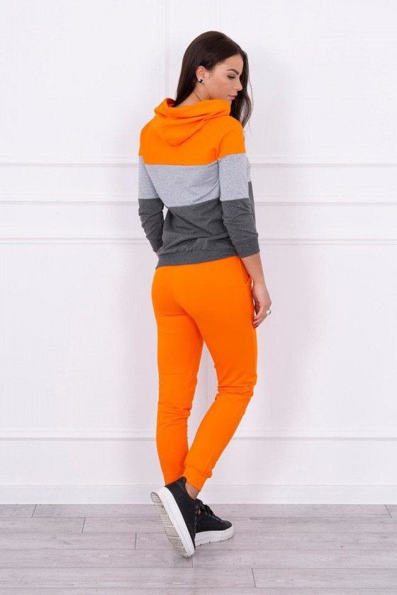 Oranžinės spalvos sportinis kostiumas dekoruotas juostomis_144084
