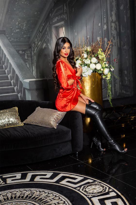 Šilta kapučino spalvos suknelė su aukštu kaklu ir kišenėmis