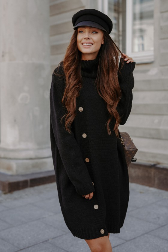 Juodos spalvos suknelė aukštu kaklu