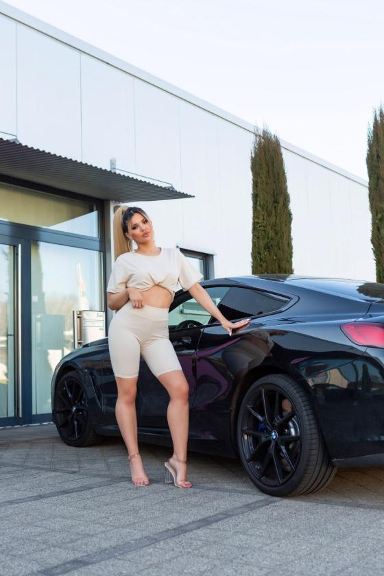 Baltos spalvos asimetriška suknelė