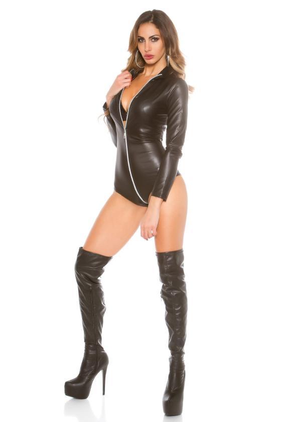 Baltos spalvos minimalistinė suknelė