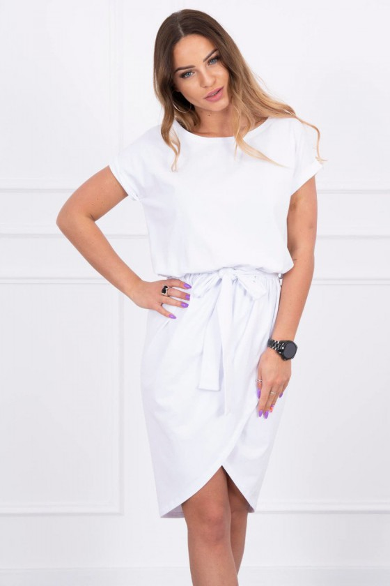 Baltos spalvos suknelė atvirais pečiais