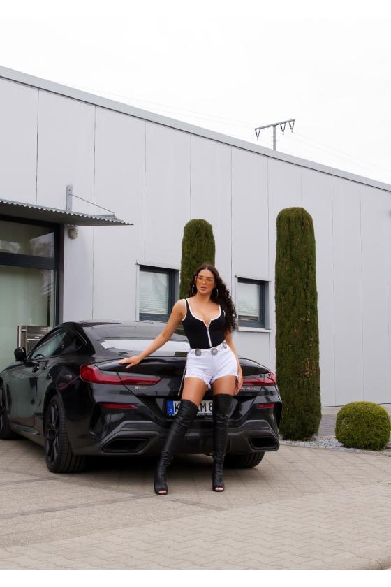 Raudonos spalvos suknelė atvirais pečiais_176295