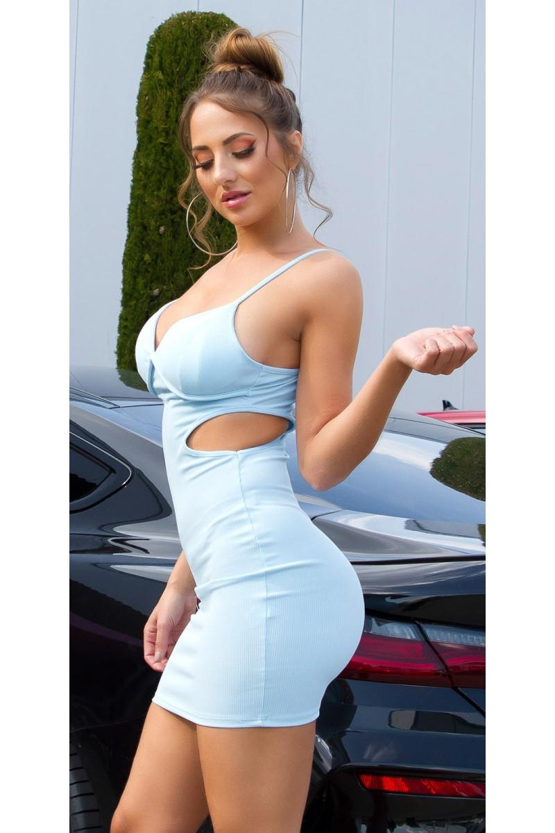 Raudonos spalvos suknelė atvirais pečiais