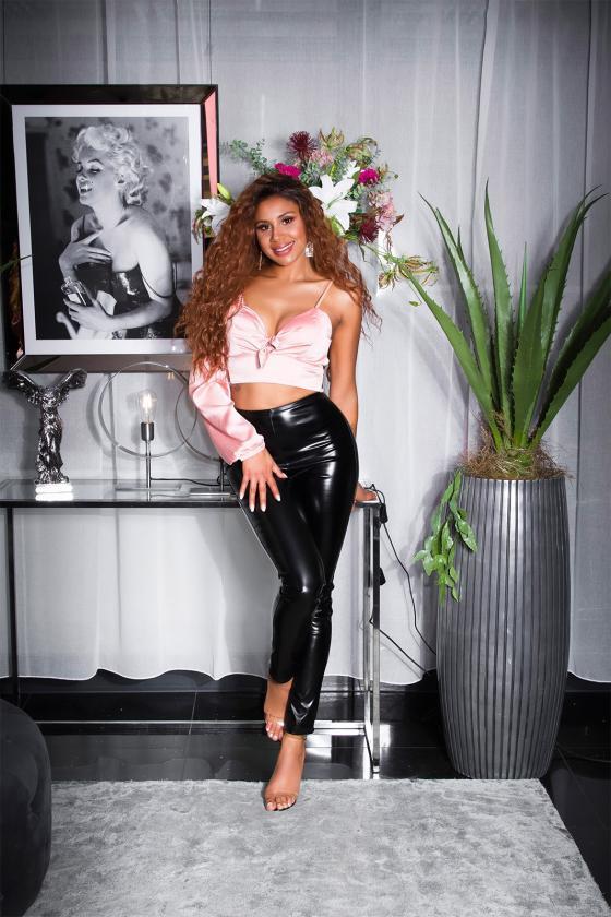 Raudonos spalvos palaidinė puošniomis rankovėmis_176471