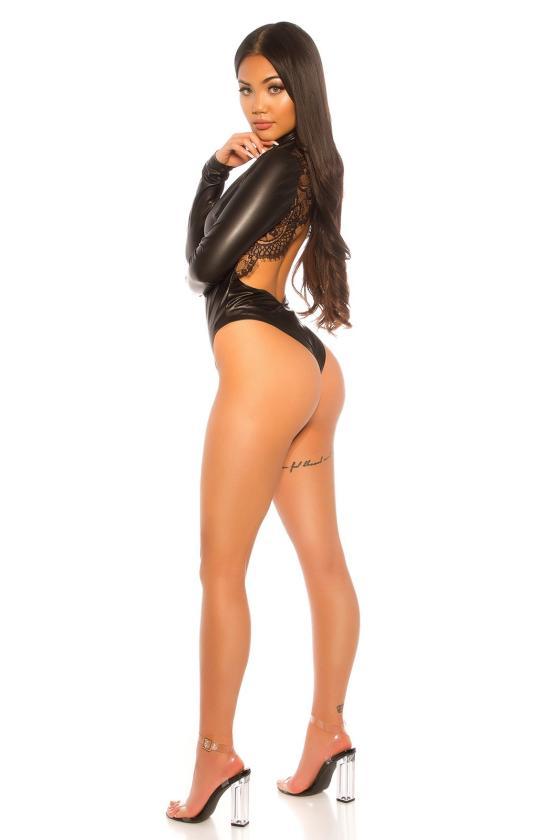 Raudonos spalvos megztas kostiumas