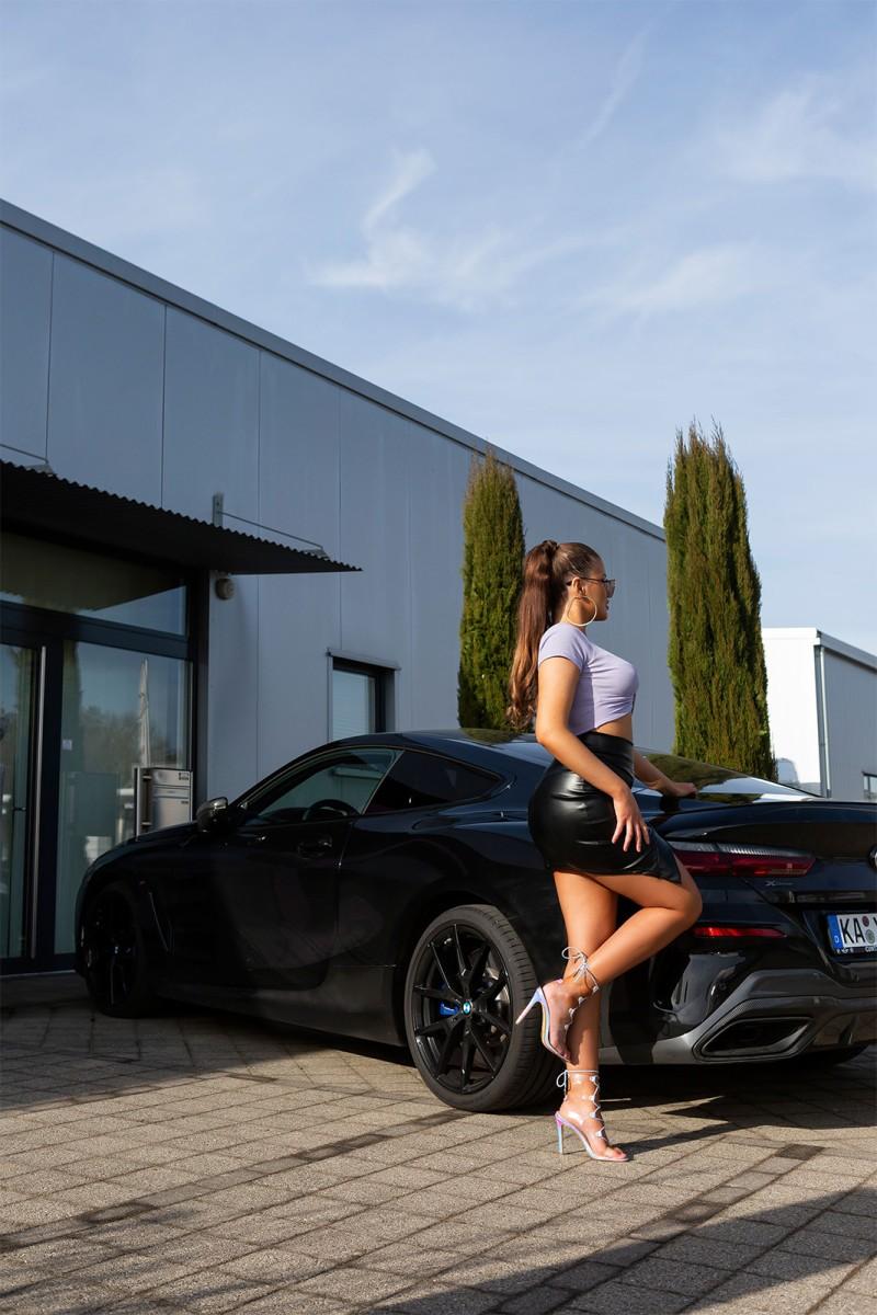 Raudonos spalvos ilga suknelė su praskiepu