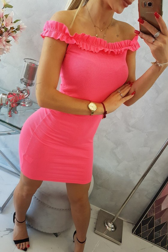 Neoninės rožinės spalvos tampri suknelė atvirais pečiais_204300