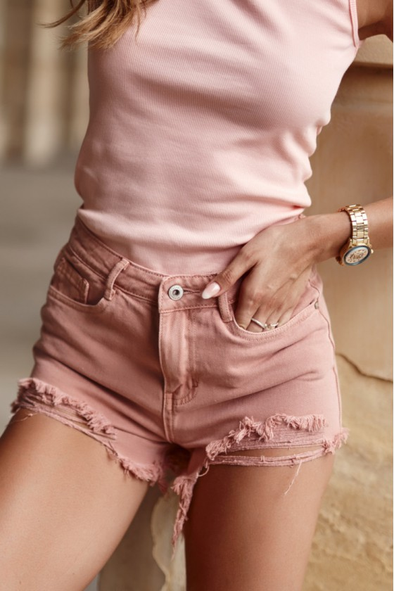 Rausvos spalvos plėšyti džinsiniai šortukai
