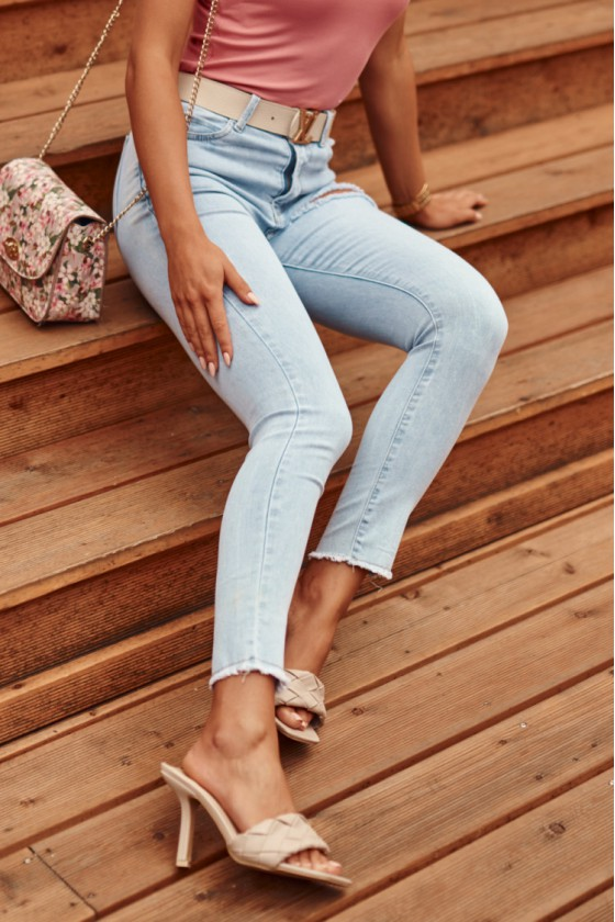 Žydros spalvos plėšyti džinsai