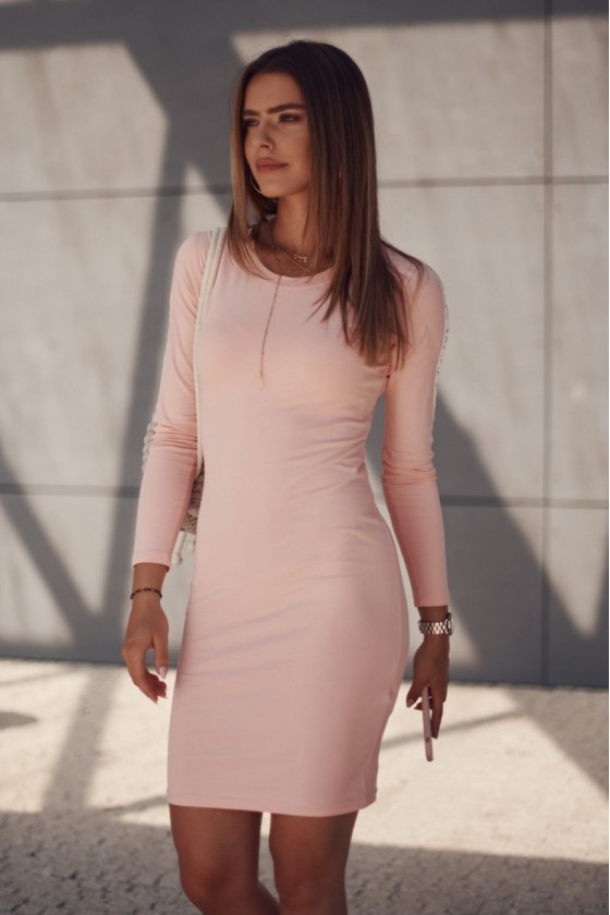 Rausvos spalvos suknelė su dekoratyvia juostele_209150