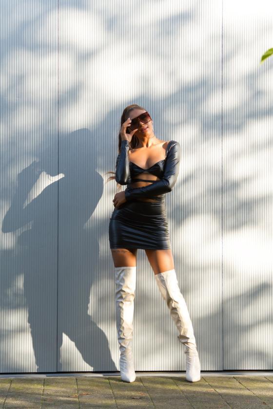 Pilkos spalvos džinsai aukštu juosmeniu