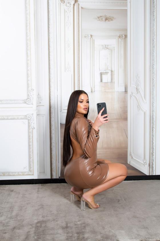 Laisvo modelio suknelė dekoruota laikraščio motyvais