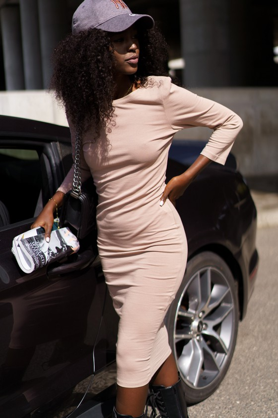 Kapučino spalvos suknelė su iškirpte nugaroje