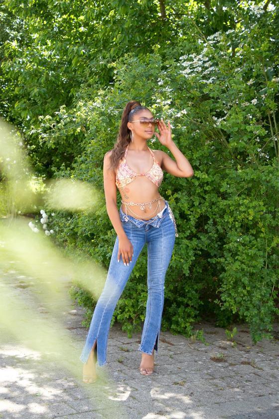 Raudonos spalvos suknelė su kaspinu nugaroje
