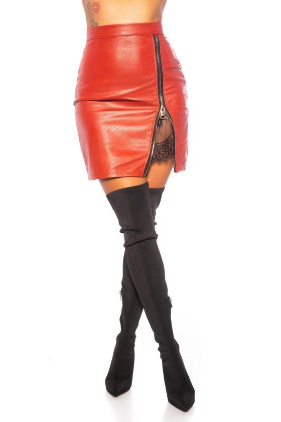 Raudonos spalvos mezgta suknelė su praskiepu