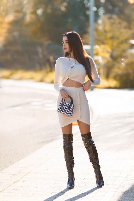 Raudona elegantiška midi suknelė su dailia iškirpte