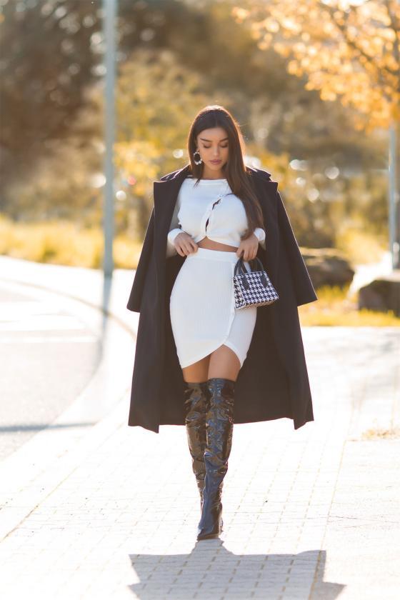 Baltos spalvos megztinis su elniais_242522