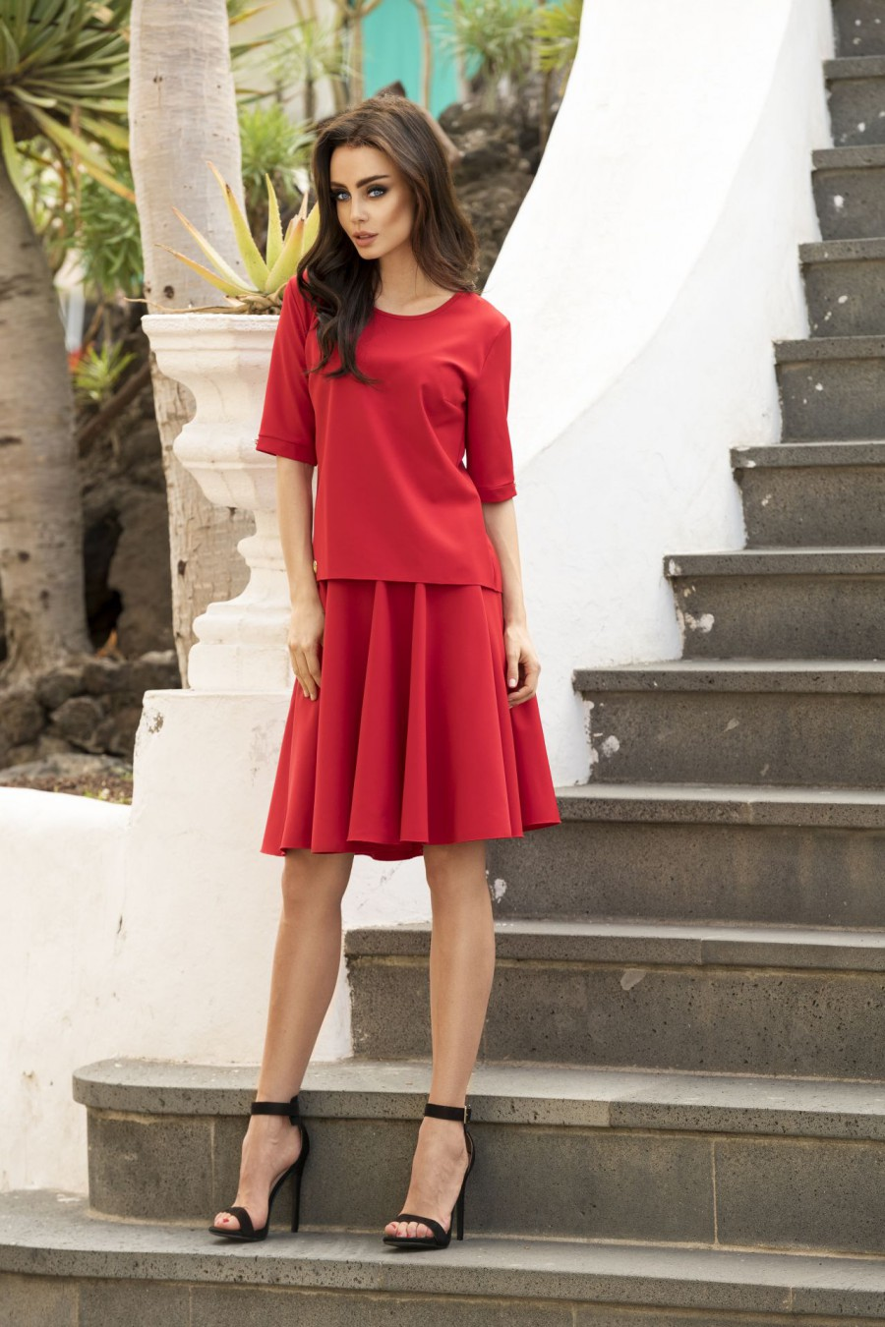Raudonos dviejų dalių kostiumas (palaidinė+sijonas)