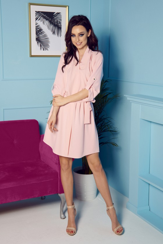 Rausvos spalvos voko stiliaus suknelė su dirželiu