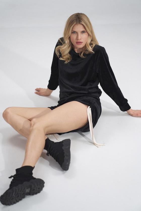 Stilinga žalia suknelė plasdančiomis rankovėmis