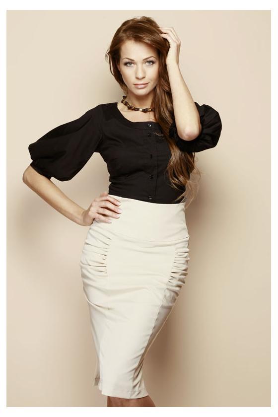 Baltos spalvos viskozinis megztinis su iškirpte nugaroje_61212