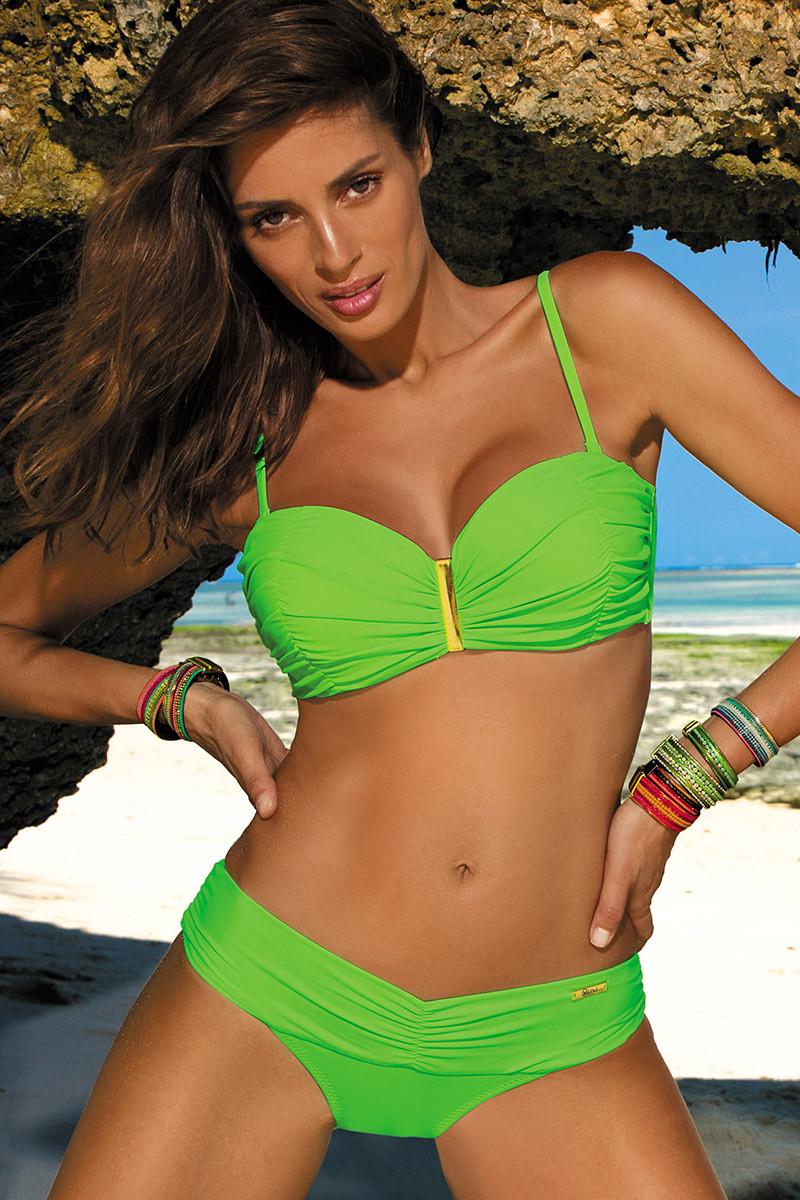Elastinga baltos spalvos suknelė dekoruota sagomis