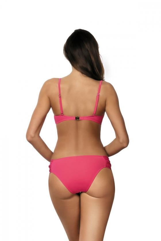 Daili balta suknelė su užrašais ir iškirpte nugaroje