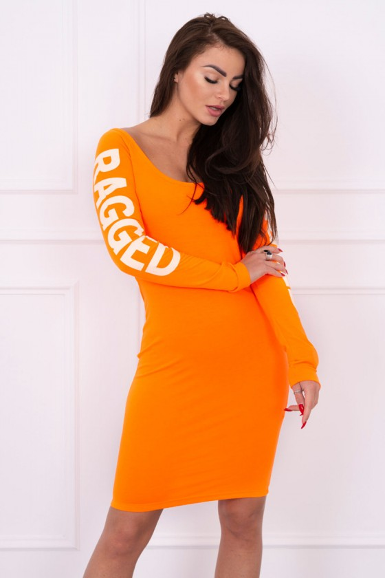 Oranžinė suknelė su užrašais ir iškirpte nugaroje